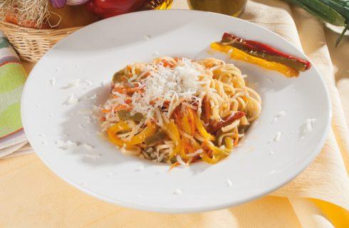 Spaghetti con bitto e peperoni tricolori, un primo vegetariano dalla cucina valtellinese