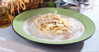 Tagliatelle cacio e pepe con crema di cavolfiori, un primo piatto saporito