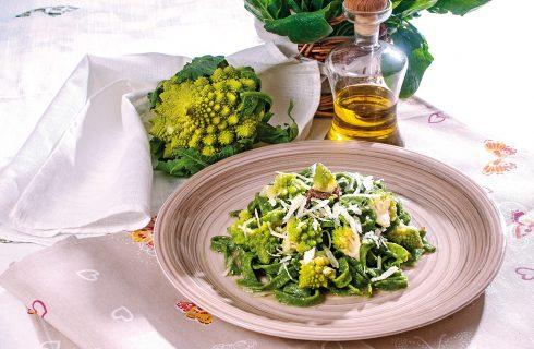 Tagliatelle verdi con broccolo e pecorino, un primo colorato e leggero