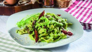 Tagliatelle con pesto di rucola e pomodori secchi, un primo piatto estivo