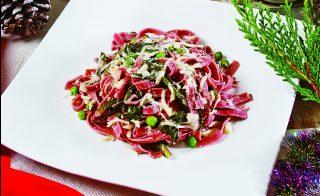 Tagliatelle rosse cicoria e piselli, un primo colorato e nutriente