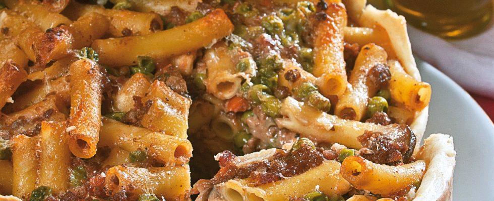 Timballo di pasta al forno con ragù di carni miste, un primo piatto scenografico e delizioso