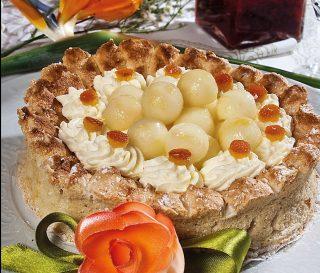 Torta di amaretto morbido con pere sciroppate, un dolce raffinato