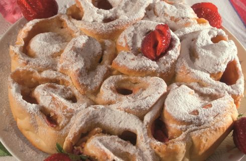 Torta di rose alla crema e fragole, un dolce raffinato