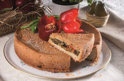 Torta farcita con ratatouille, olive e pinoli, una torta rustica saporita