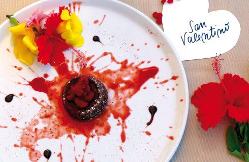 Tortino al cioccolato affogato ai lamponi, un dolce al cucchiaio rosso come l'amore