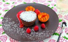 tortino-di-cioccolato-con-albicocche-grigliate-e-salsa-ai-frutti-rossi-a1957-10
