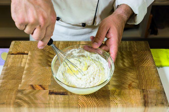 tortino-di-cioccolato-con-albicocche-grigliate-e-salsa-ai-frutti-rossi-a1957-3