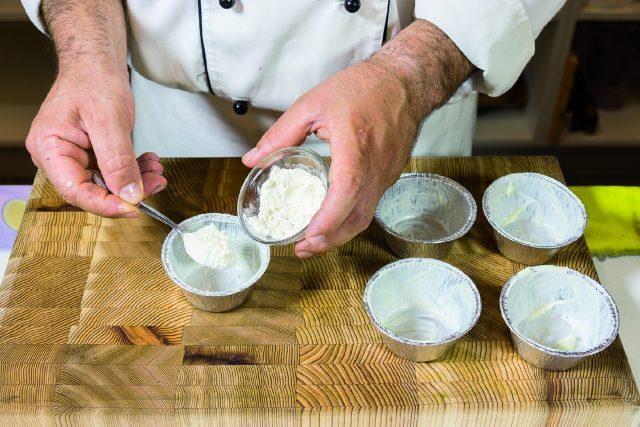 tortino-di-cioccolato-con-albicocche-grigliate-e-salsa-ai-frutti-rossi-a1957-6