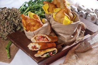 Panzerotto con scamorza e pomodori, un piatto sfizioso dalla cucina pugliese