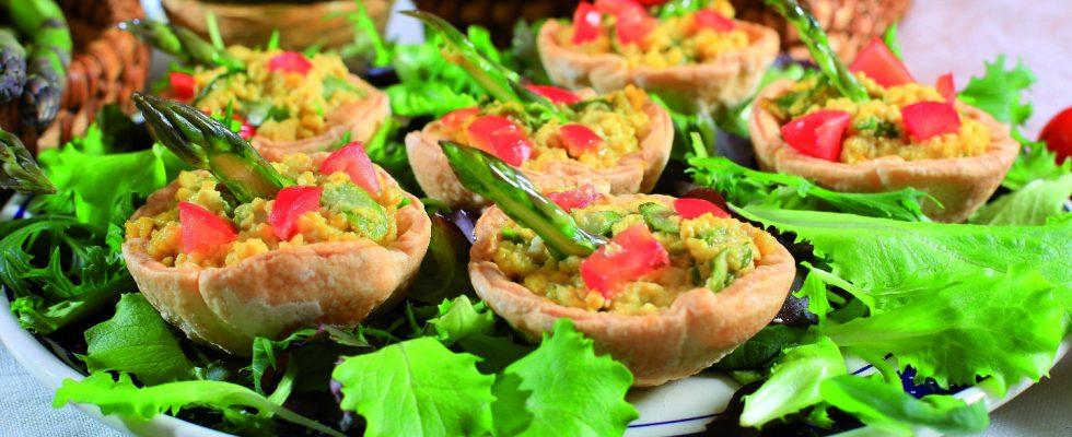 Uova strapazzate in cestino di brisée con asparagi, un antipasto gustoso e raffinato