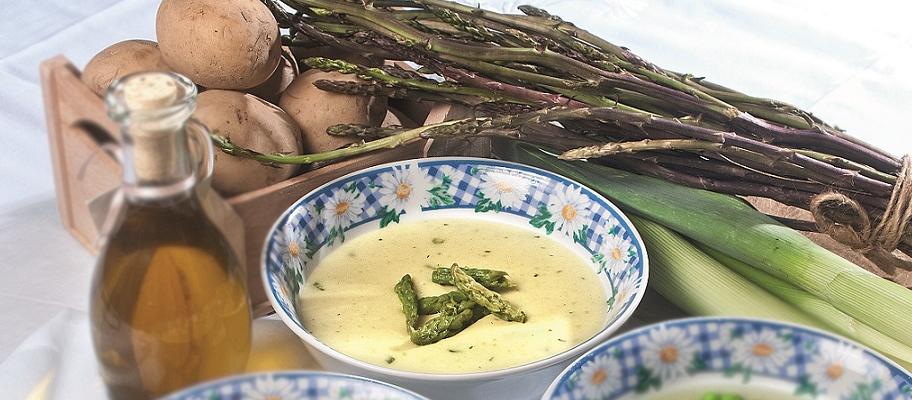 Vellutata di asparagi, un primo primaverile dal gusto intenso