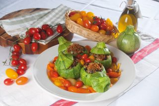 Zucchine ripiene con capperi e olive e pomodorini saltati, un secondo saporito e fresco