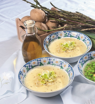Zuppa di cipolle, porri e patate, un primo piatto di verdure autunnali