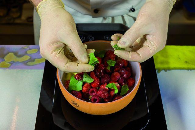 zuppetta-di-frutta-con-ananas-grigliato-al-peperoncino-a1956-10