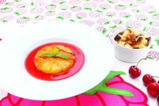 Zuppa di frutta con ananas al barbecue, fresco dessert estivo