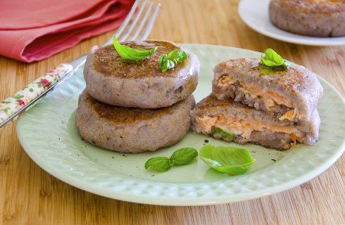 Burger di patate viola, salmone e scamorza