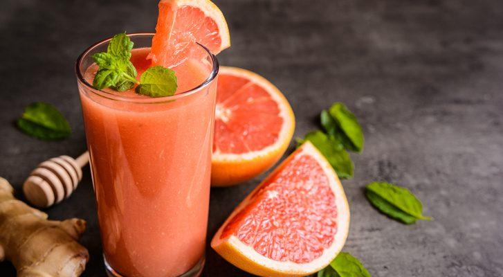Il centrifugato di frutta e verdura per una colazione leggera