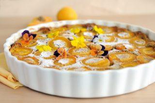 Clafoutis alle albicocche, un dolce morbido dalla cucina francese