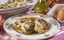 Rotolo di pasta salsiccia e mozzarella, un primo di pasta al forno con filante e saporito ripieno