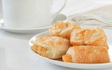 I fagottini di pasta sfoglia con ricotta e marmellata con la ricetta veloce