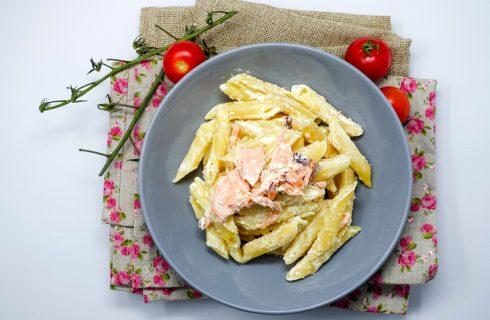 Pasta con salmone e fiocchi di latte, la ricetta veloce