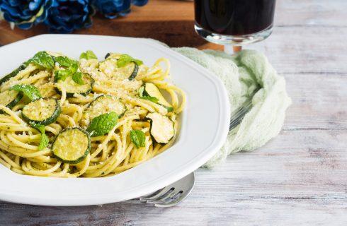 La pasta con zucchine e crema di peperoni con la ricetta facile e leggera
