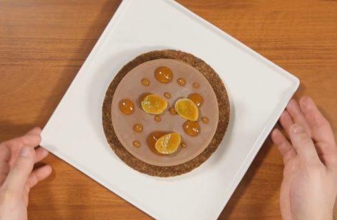 Torta fredda al cioccolato con frolla alle nocciole e albicocche marinate, dolce goloso