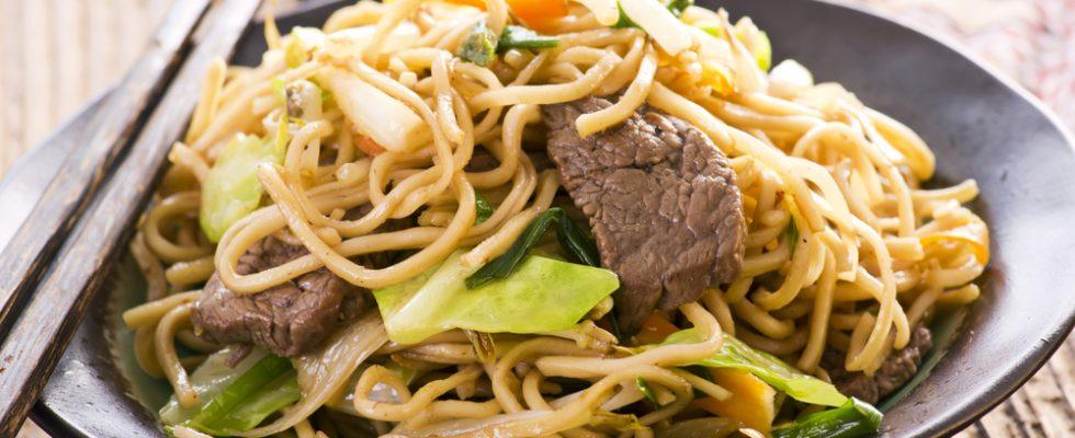 Spaghetti saltati con carne e verdure: dalla cucina orientale