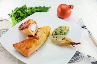 Coda di rospo in porchetta al barbecue con cipolle grigliate
