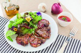 Costolette d'agnello con salsa alle erbe al barbecue: ecco come si fa