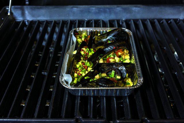 cozze-ripiene-al-barbecue-con-verdure-e-pepe-rosa-a1939-3
