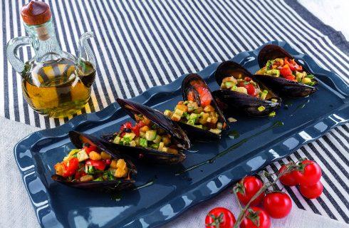 Cozze ripiene al barbecue con verdure di stagione
