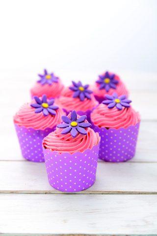 Cupcake al cioccolato con crema al burro e margherite, un dolcetto primaverile