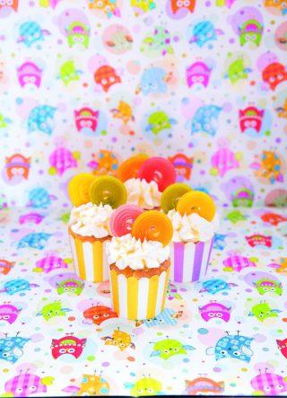 Cupcake con gocce di cioccolata e rotelle di frutta, un dolce allegro e colorato