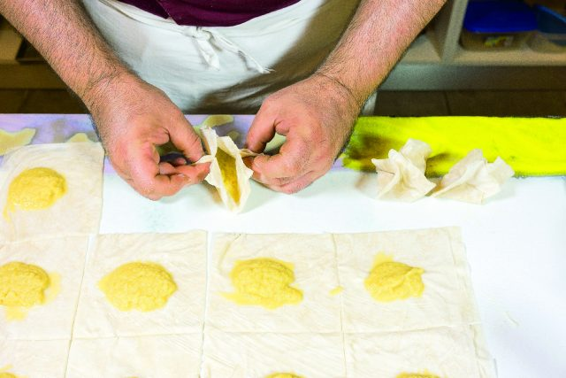 fagottini-di-pasta-fillo-ripieni-di-mele-caramellate-con-coulis-di-fragole-a1989-9