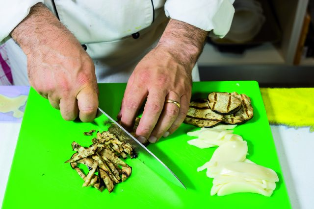 fagottino-di-crespella-con-tagliolini-alle-melanzane-e-crema-di-parmigiano-a1950-5