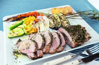 Filetto di maiale alle erbe al barbecue: con verdure grigliate