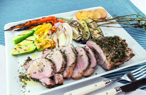 Filetto di maiale alle erbe al barbecue: con verdure grigliate