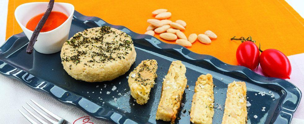 Formaggio di mandorle al barbecue con confettura di pomodori e arance