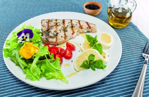 Pesce spada ai profumi mediterranei al barbecue: con basilico e menta