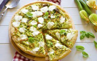 Pizza con zucchine, fiori di zucca e ricotta: perfetta per l'estate