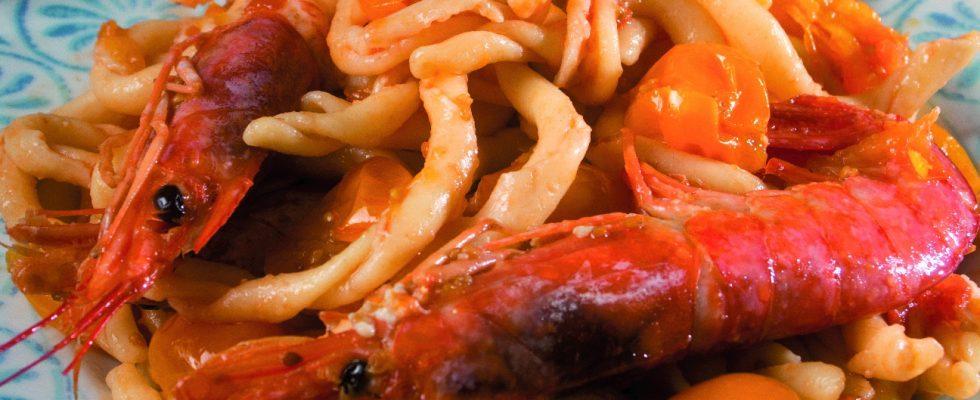 Strozzapreti con gamberi e pomodorini, un primo saporito e fresco