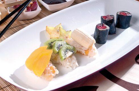 Sushi di frutta con cioccolata speziata, un dolce fantasioso