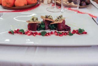 Tonno in olio di cottura con cracker di lenticchie al sesamo e crema di rape rosse, un secondo succulento