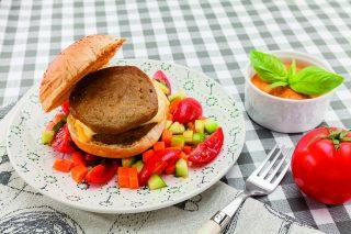Veg burger al barbecue con salsa romesco, barbecue ma vegetariano