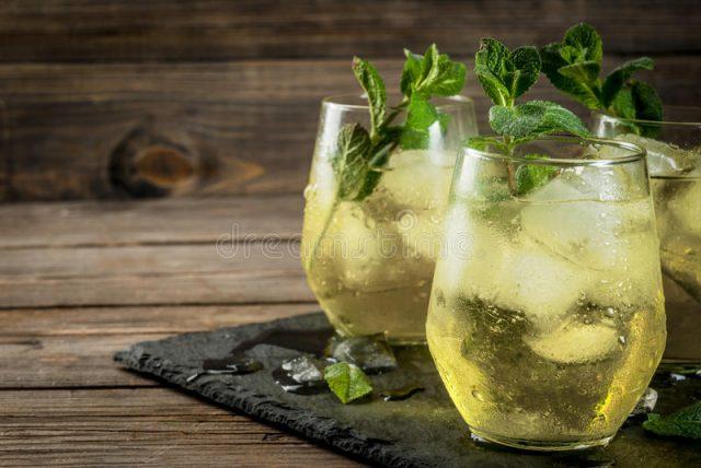 bevanda-tradizionale-dello-spagnolo-rebujito-90122162