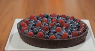Crostata senza burro cioccolato e frutti rossi, goloso dessert