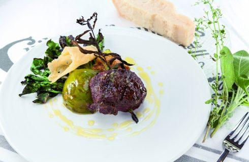 Filetto di daino al barbecue con erba cedrina, fichi e cialda di parmigiano