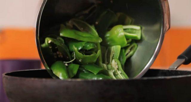 fiocco-di-sfoglia-friggitelli-provola-e-salsiccia-01